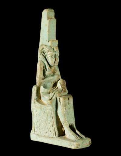 Amuleto raffigurante Iside con Horus in faience