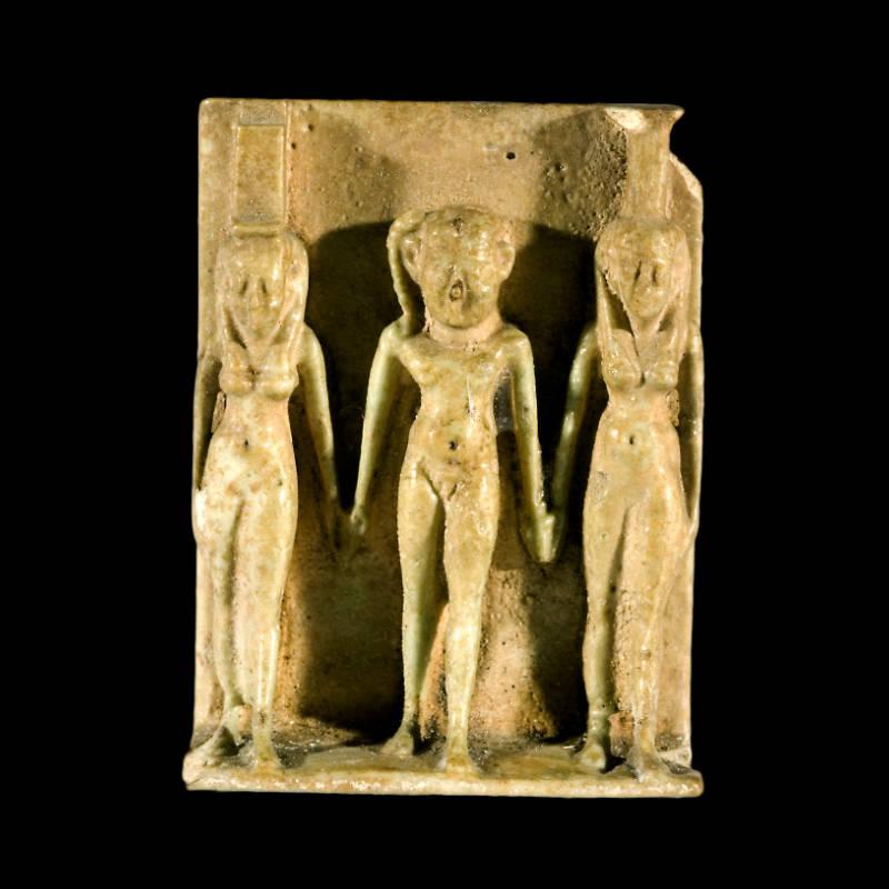 Amuleto raffigurante la triade divina in faience