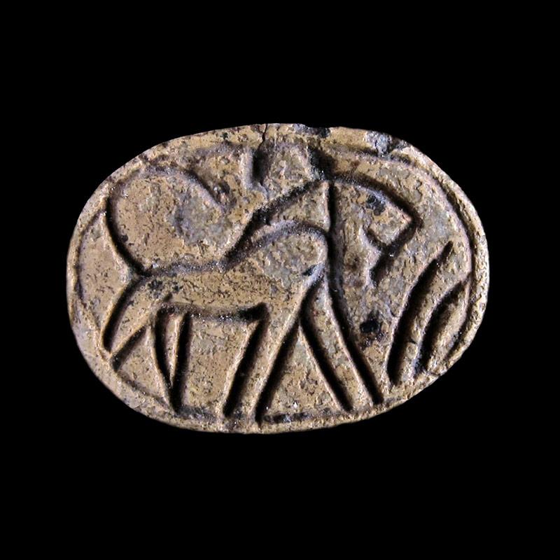 Scarabeo in steatite con incisione di leone