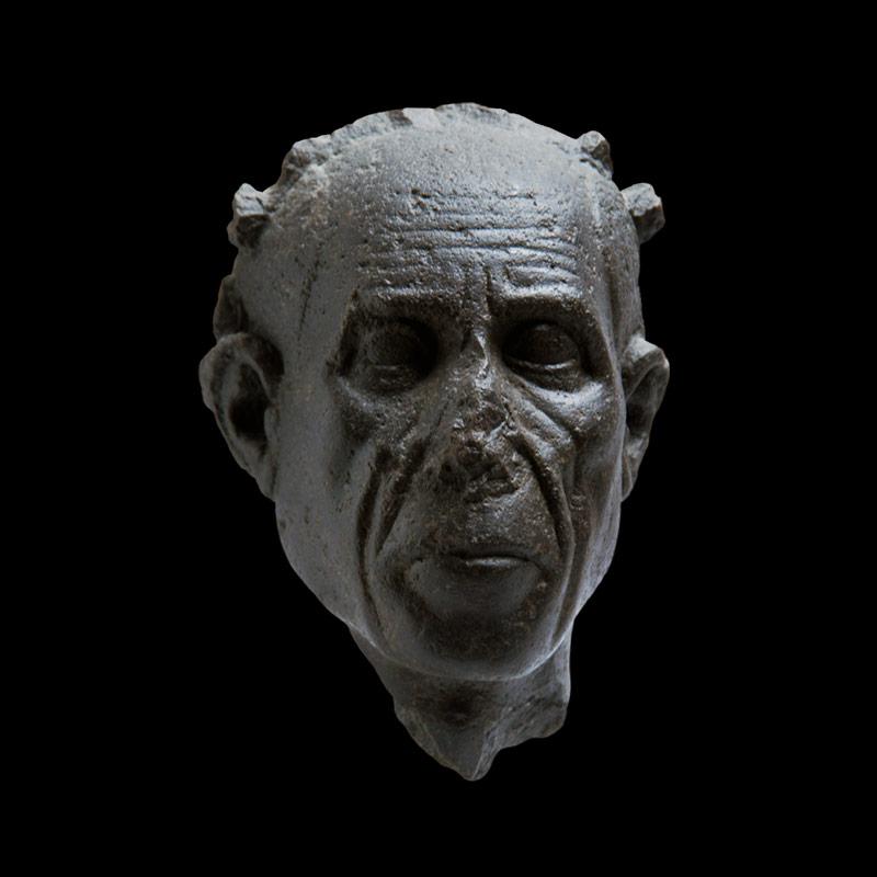 Statua di testa di sacerdote in basalto