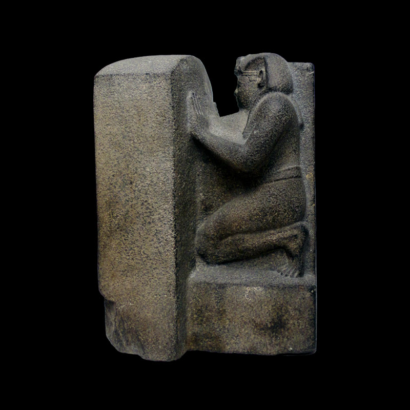 Statua in pietra di sovrano inginocchiato